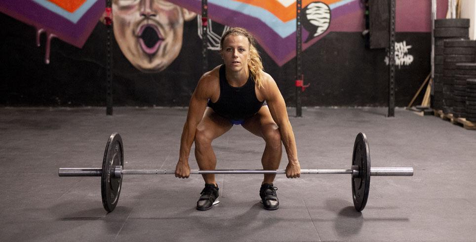 Kristin Holte med vektstang og bumper i crossfit senter